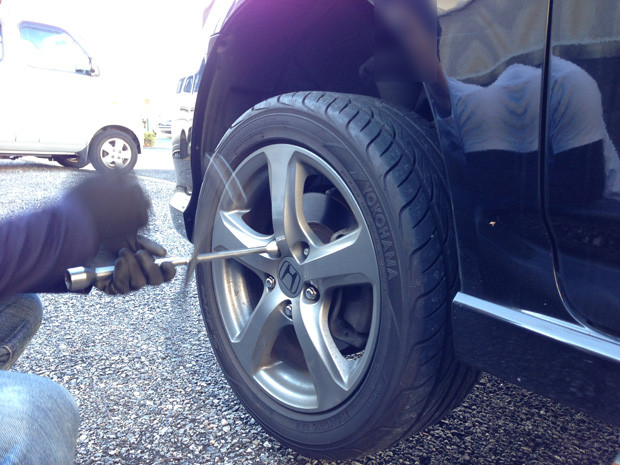 意外と簡単!スタッドレスタイヤに交換する仕方や手順のまとめ